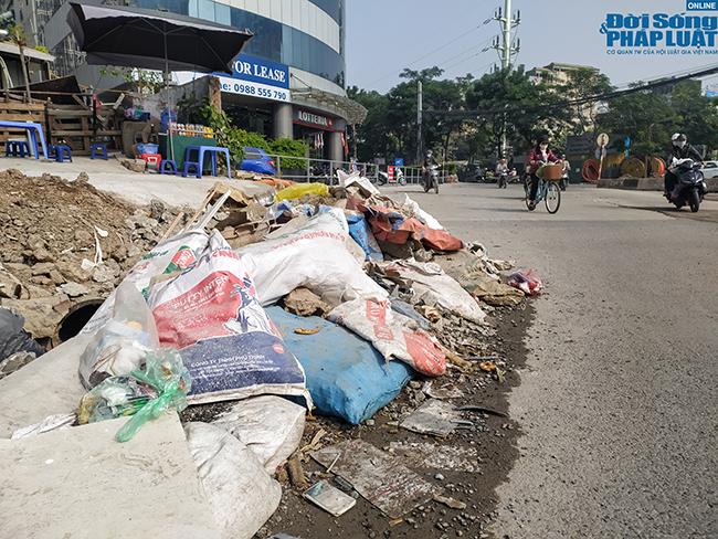 Hà Nội: Ngán ngẩm cảnh rác thải chất đống, tràn xuống cả lòng đường - Ảnh 1