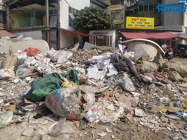 Hà Nội: Ngán ngẩm cảnh rác thải chất đống, tràn xuống cả lòng đường - Ảnh 2