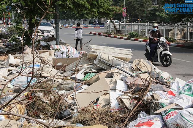 Hà Nội: Ngán ngẩm cảnh rác thải chất đống, tràn xuống cả lòng đường - Ảnh 7