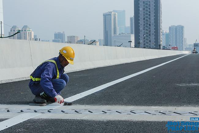 Cận cảnh cầu cạn 5.300 tỷ đồng ở Hà Nội, có làn thiết kế tốc độ lên đến 100km/h trước ngày thông xe - Ảnh 8