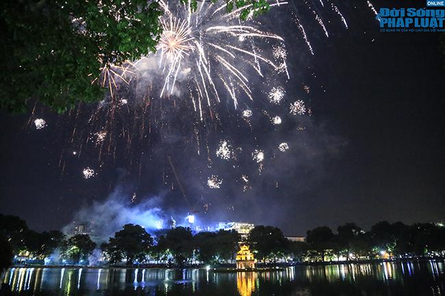 Giới trẻ trao nhau những nụ hôn nồng cháy thời khắc bước sang năm mới 2021 - Ảnh 2