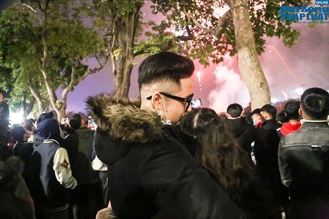 Giới trẻ trao nhau những nụ hôn nồng cháy thời khắc bước sang năm mới 2021 - Ảnh 5