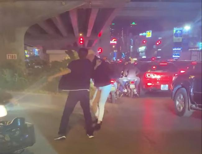 Vụ thanh niên bị đánh gãy răng vì nhắc dừng xe ở Hà Nội: Vẫn chưa tìm ra lái xe đánh người - Ảnh 1
