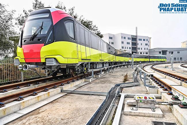 """Cận cảnh đoàn tàu đầu tiên của tuyến Nhổn - Ga Hà Nội """"bất ngờ"""" lăn bánh trên cao - Ảnh 2"""
