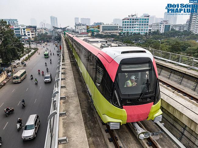 """Cận cảnh đoàn tàu đầu tiên của tuyến Nhổn - Ga Hà Nội """"bất ngờ"""" lăn bánh trên cao - Ảnh 1"""