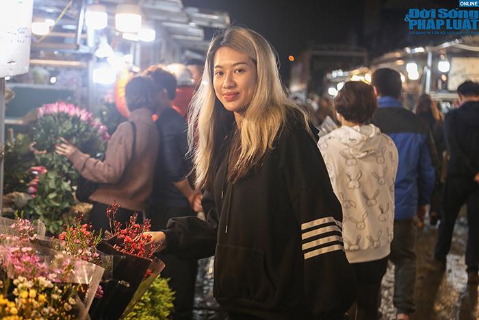 Dù còn cả chục ngày nữa mới đến Tết, chợ hoa lớn nhất Hà Nội đã tấp nập khách mua - Ảnh 8
