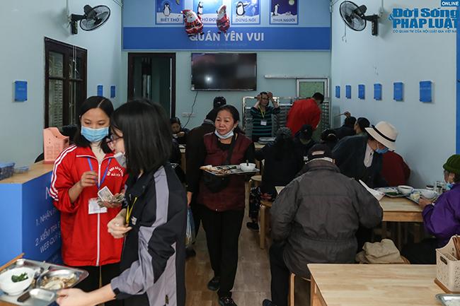 Cận cảnh suất ăn quán cơm giá 2.000 đồng ở Hà Nội: Chút thịt, rau san sẻ âu lo - Ảnh 1