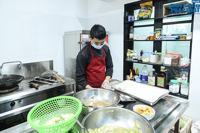 Cận cảnh suất ăn quán cơm giá 2.000 đồng ở Hà Nội: Chút thịt, rau san sẻ âu lo - Ảnh 10