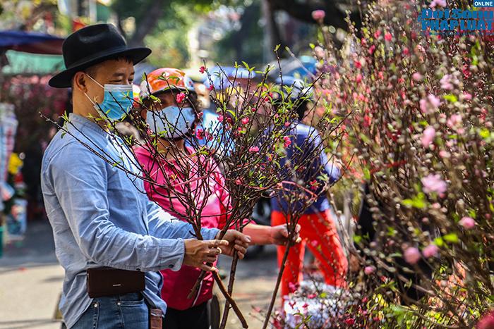 Chợ hoa Hàng Lược chiều 29 Tết: Khách đến xem nườm nượp nhưng ít người mua - Ảnh 3