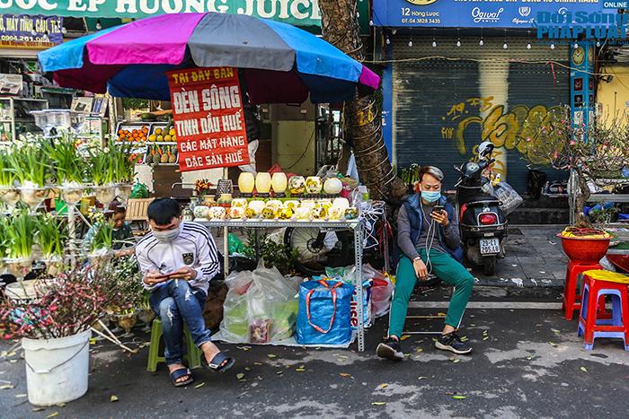 Chợ hoa Hàng Lược chiều 29 Tết: Khách đến xem nườm nượp nhưng ít người mua - Ảnh 7