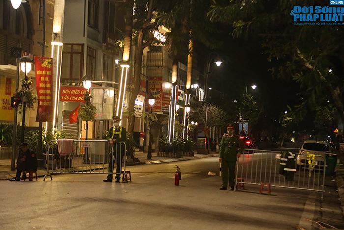 """An ninh thắt chặt """"không một khe hở"""" ở địa điểm bắn pháo hoa duy nhất tại Hà Nội - Ảnh 6"""