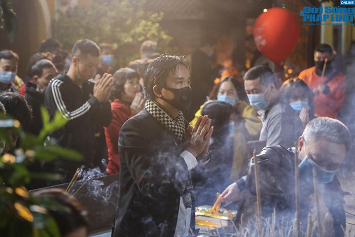 Chùm ảnh: Người Hà Nội đổ về chùa Quán Sứ sau khoảnh khắc giao thừa - Ảnh 3