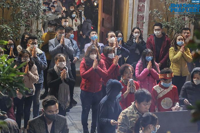 Chùm ảnh: Người Hà Nội đổ về chùa Quán Sứ sau khoảnh khắc giao thừa - Ảnh 6