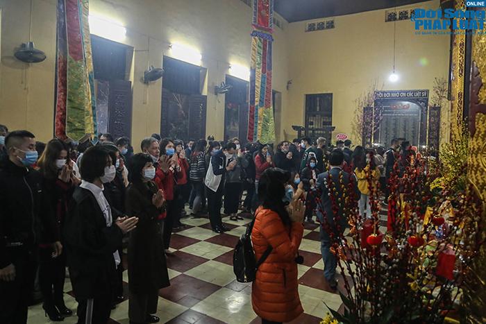 Chùm ảnh: Người Hà Nội đổ về chùa Quán Sứ sau khoảnh khắc giao thừa - Ảnh 7