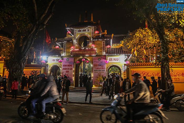Chùm ảnh: Người Hà Nội đổ về chùa Quán Sứ sau khoảnh khắc giao thừa - Ảnh 1