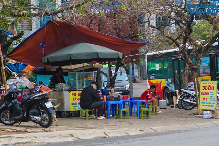 """Hà Nội: Hàng quán """"nháo nhác"""" đóng cửa, thu dọn bàn ghế khi lực lượng chức năng xuất hiện  - Ảnh 3"""