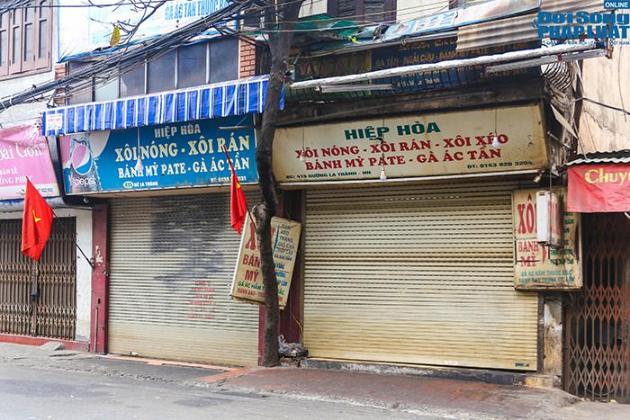 """Hà Nội: Hàng quán """"nháo nhác"""" đóng cửa, thu dọn bàn ghế khi lực lượng chức năng xuất hiện  - Ảnh 1"""