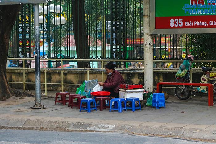 """Hà Nội: Hàng quán """"nháo nhác"""" đóng cửa, thu dọn bàn ghế khi lực lượng chức năng xuất hiện  - Ảnh 4"""