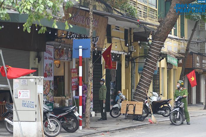 """Hà Nội: Hàng quán """"nháo nhác"""" đóng cửa, thu dọn bàn ghế khi lực lượng chức năng xuất hiện  - Ảnh 9"""