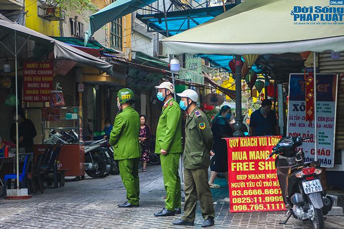 """Hà Nội: Hàng quán """"nháo nhác"""" đóng cửa, thu dọn bàn ghế khi lực lượng chức năng xuất hiện  - Ảnh 8"""