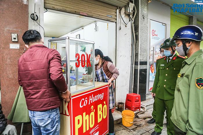 """Hà Nội: Hàng quán """"nháo nhác"""" đóng cửa, thu dọn bàn ghế khi lực lượng chức năng xuất hiện  - Ảnh 11"""