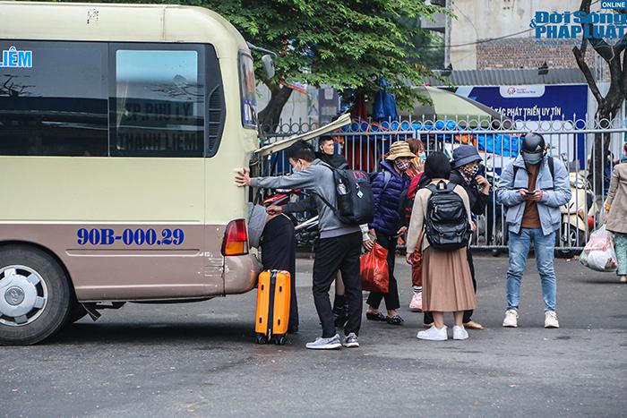 Người dân nhộn nhịp trở lại Hà Nội ngày mùng 5 Tết - Ảnh 2