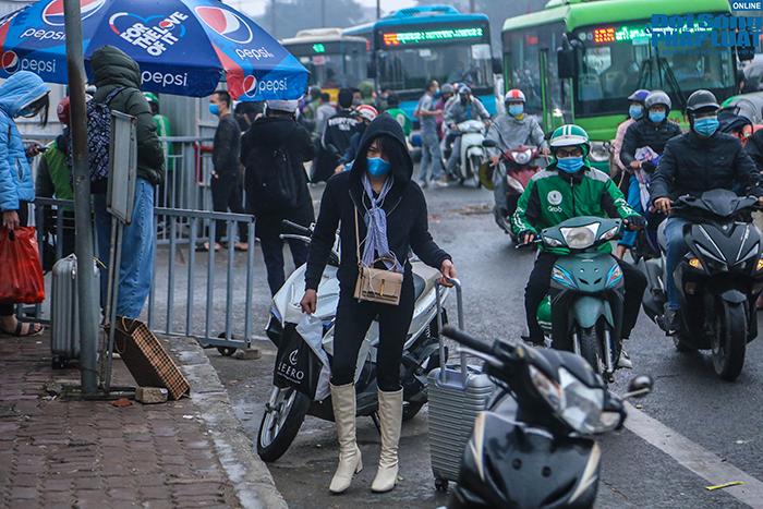 Người dân nhộn nhịp trở lại Hà Nội ngày mùng 5 Tết - Ảnh 9