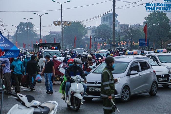 Người dân nhộn nhịp trở lại Hà Nội ngày mùng 5 Tết - Ảnh 8