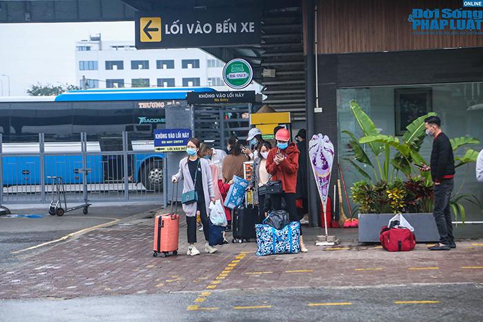 Người dân nhộn nhịp trở lại Hà Nội ngày mùng 5 Tết - Ảnh 7