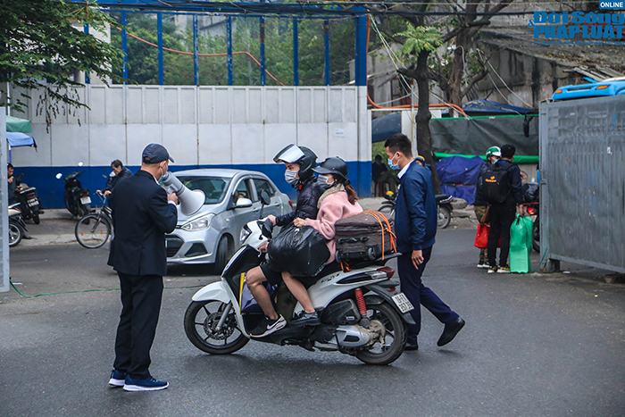 Người dân nhộn nhịp trở lại Hà Nội ngày mùng 5 Tết - Ảnh 6