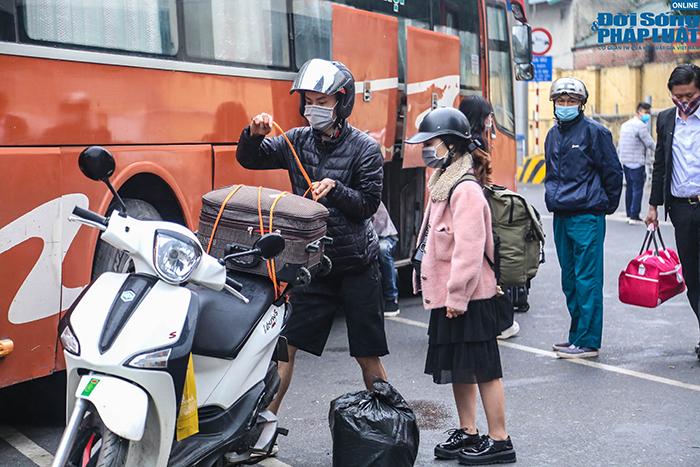 Người dân nhộn nhịp trở lại Hà Nội ngày mùng 5 Tết - Ảnh 3