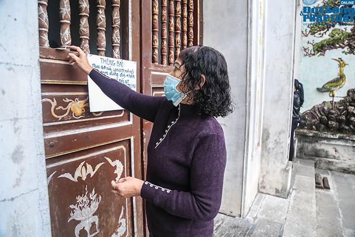 Người Hà Nội đi lễ ngày mùng 5 Tết: Vái vọng từ xa, nhét tiền qua khe cổng - Ảnh 10