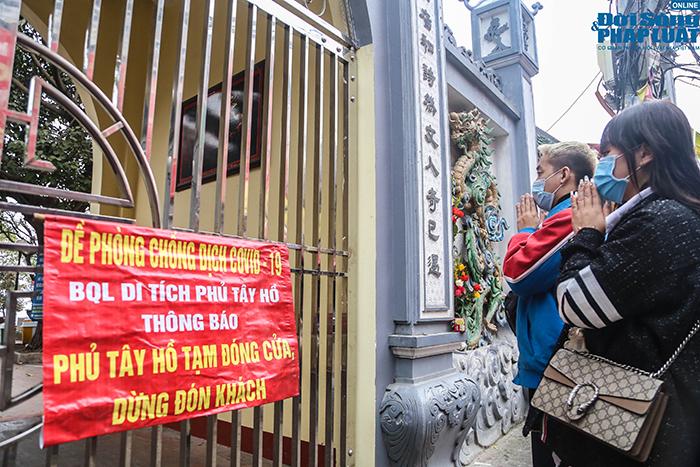 Người Hà Nội đi lễ ngày mùng 5 Tết: Vái vọng từ xa, nhét tiền qua khe cổng - Ảnh 2