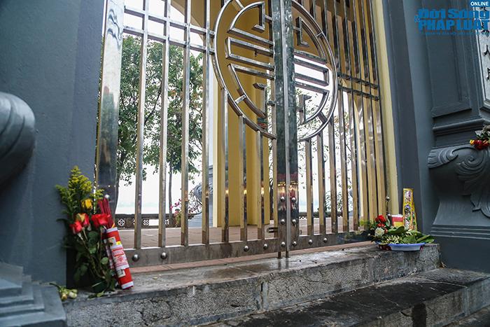 Người Hà Nội đi lễ ngày mùng 5 Tết: Vái vọng từ xa, nhét tiền qua khe cổng - Ảnh 3