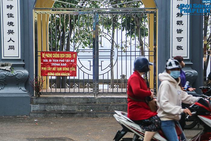 Người Hà Nội đi lễ ngày mùng 5 Tết: Vái vọng từ xa, nhét tiền qua khe cổng - Ảnh 4