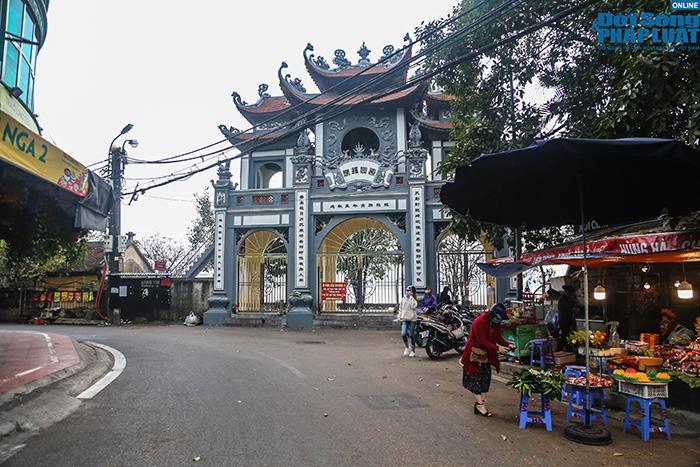 Người Hà Nội đi lễ ngày mùng 5 Tết: Vái vọng từ xa, nhét tiền qua khe cổng - Ảnh 1