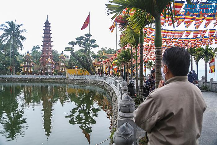 Người Hà Nội đi lễ ngày mùng 5 Tết: Vái vọng từ xa, nhét tiền qua khe cổng - Ảnh 7