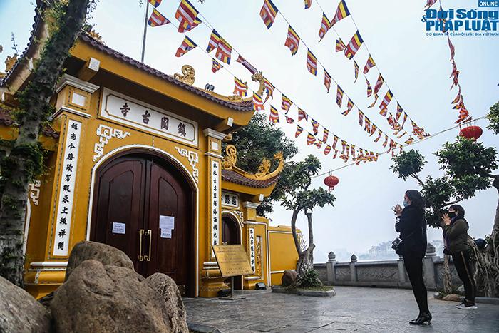 Người Hà Nội đi lễ ngày mùng 5 Tết: Vái vọng từ xa, nhét tiền qua khe cổng - Ảnh 5
