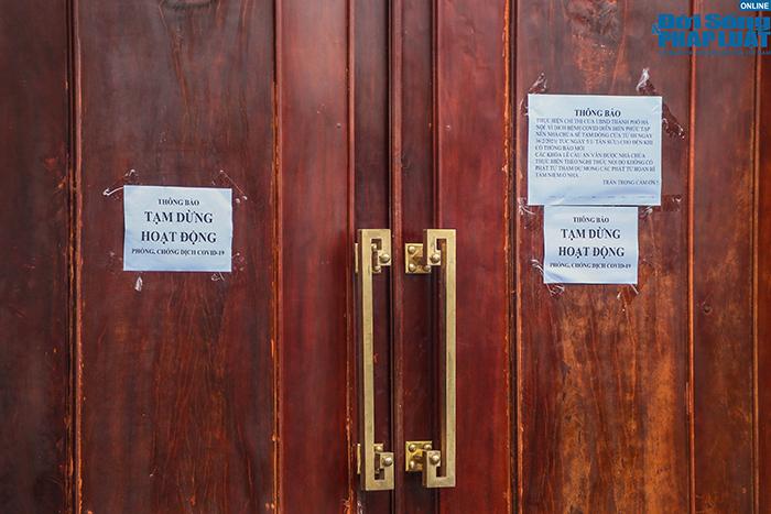 Người Hà Nội đi lễ ngày mùng 5 Tết: Vái vọng từ xa, nhét tiền qua khe cổng - Ảnh 6