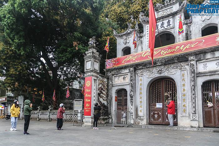 Người Hà Nội đi lễ ngày mùng 5 Tết: Vái vọng từ xa, nhét tiền qua khe cổng - Ảnh 8