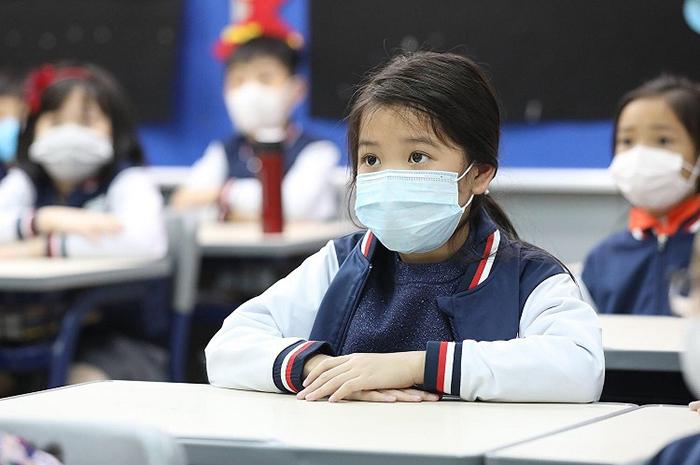 """Phụ huynh Hà Nội  vui mừng vì con sắp trở lại trường: """"Với tôi, có lẽ bây giờ mới là Tết"""" - Ảnh 1"""