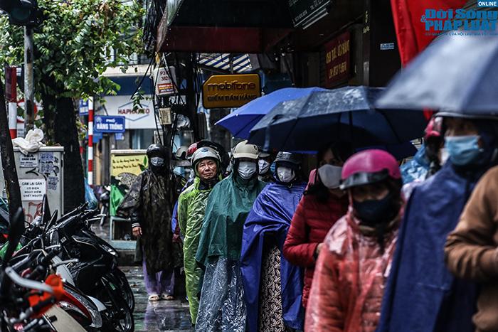 Người Hà Nội đội mưa, xếp hàng dài như thời bao cấp để mua bánh chưng nổi tiếng - Ảnh 2