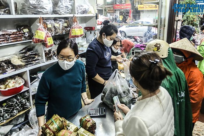 Người Hà Nội đội mưa, xếp hàng dài như thời bao cấp để mua bánh chưng nổi tiếng - Ảnh 4