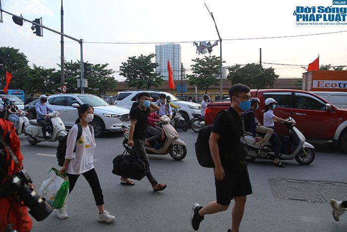 """""""Nghẹt thở"""" di chuyển trong ngày người dân Hà Nội đổ xô về quê nghỉ lễ 30/4 - Ảnh 7"""