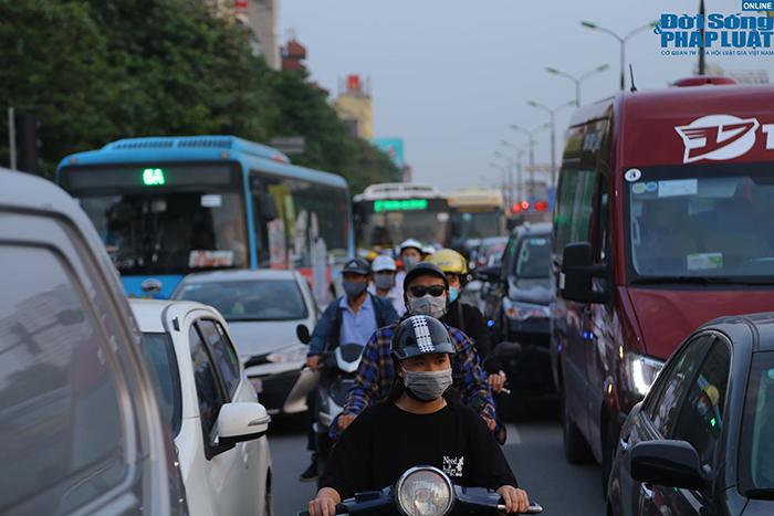 """""""Nghẹt thở"""" di chuyển trong ngày người dân Hà Nội đổ xô về quê nghỉ lễ 30/4 - Ảnh 9"""