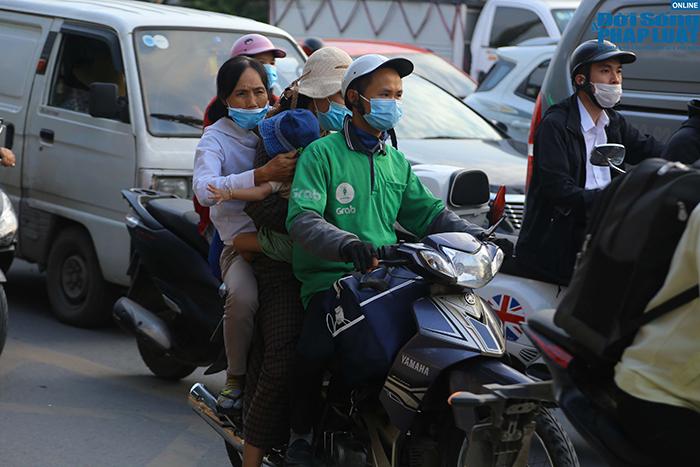 """""""Nghẹt thở"""" di chuyển trong ngày người dân Hà Nội đổ xô về quê nghỉ lễ 30/4 - Ảnh 3"""