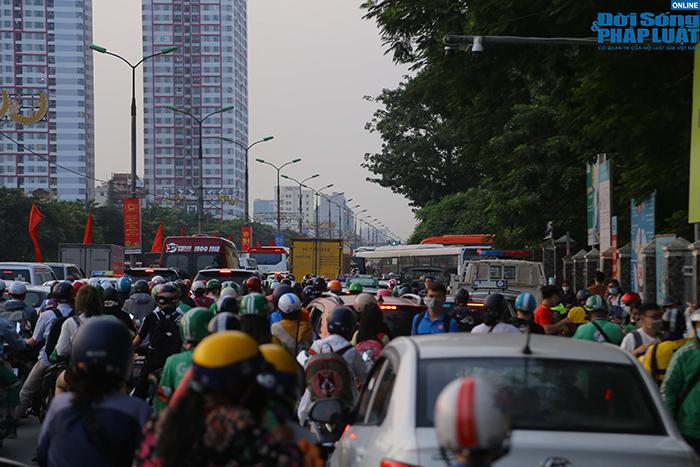 """""""Nghẹt thở"""" di chuyển trong ngày người dân Hà Nội đổ xô về quê nghỉ lễ 30/4 - Ảnh 10"""