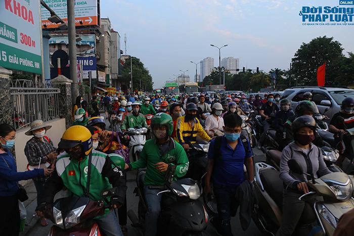 """""""Nghẹt thở"""" di chuyển trong ngày người dân Hà Nội đổ xô về quê nghỉ lễ 30/4 - Ảnh 6"""