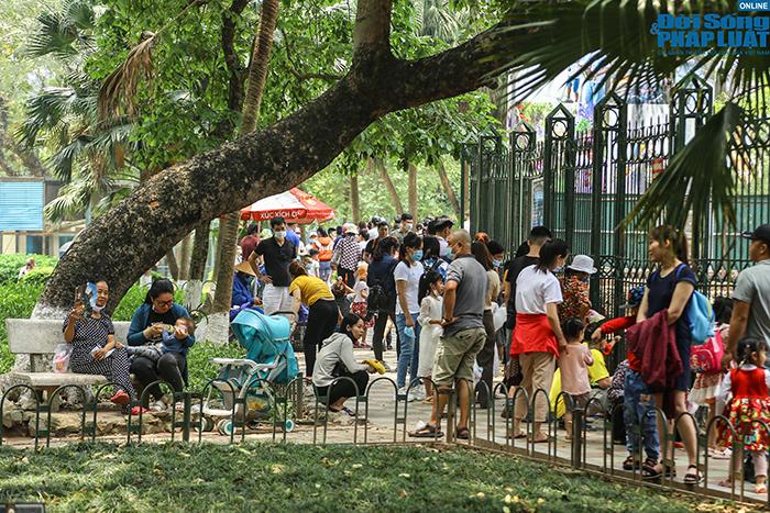 Hà Nội ngày đầu nghỉ lễ 30/4: Công viên đông nghẹt, nhiều người quên đeo khẩu trang - Ảnh 3