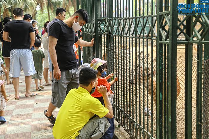 Hà Nội ngày đầu nghỉ lễ 30/4: Công viên đông nghẹt, nhiều người quên đeo khẩu trang - Ảnh 6